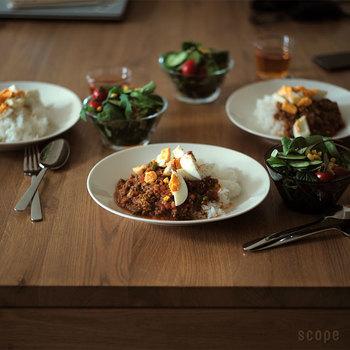 その4種類のうちの一つ、白無地の【エエヴァ】が2015年9月にスコープさんにて復刻されました。  この【エエヴァ】はとにかく使い勝手が抜群♪ 日本の食卓によく出てくるカレーやオムライスを盛るのにぴったり、さらに他の北欧食器との相性もとてもいいんです。  もちろん、白無地なので和食器とも喧嘩しません。