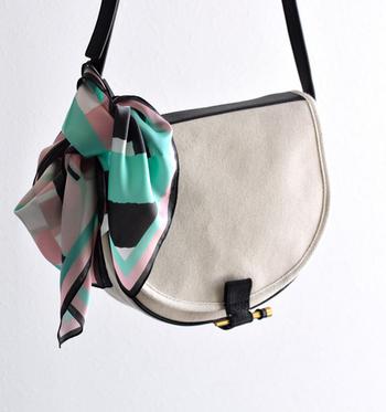 いつものバッグの表情をちょっと変えたいときも、柄スカーフは大活躍。