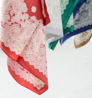 スカーフは、さらっと軽やかな素材で華やかなデザインのものが多いので、春スタイルにはぜひ取り入れたいアイテム。  普段のはシンプルなコーディネートが多いという人でも、スカーフをアクセントとしてちょっと加えるだけで、洗練された印象になりますよ。  ご紹介したアレンジを参考に、柄スカーフをもっと自由に楽しんでくださいね♪