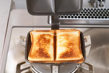 弱火~中火で片面約2分ずつ焼けば、外はカリッと、中はふんわりのおいしい本格ホットサンドの出来上がり♪ちなみに、パンは耳の付いたまま、具は多めに入れるのがポイントです。