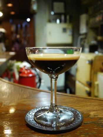"こちらはお店の名物とも言える""ブラン・エ・ノワール(琥珀の女王) ""。 フレンチプレスで淹れた珈琲に甘さを加えて、エバミルクをのせた、甘さと豊かな香りが楽しめるスイーツのような一杯。"