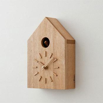 鳩時計というと、色とりどりの装飾や色々な仕掛けのあるものも多いですが、こちらはいたってシンプル。