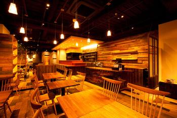 銀座2丁目にあるミタスカフェ。店内は木目調で統一されていてオシャレな雰囲気です。