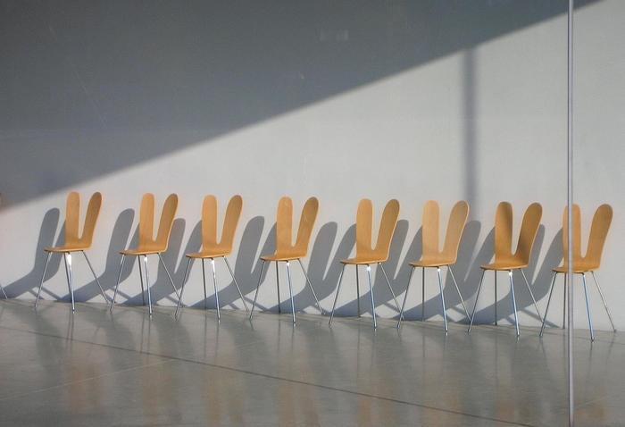 SANAAチェアは、SANAAが手がけた「金沢21世紀美術館」の備品としても使用されており、訪れる人々に新鮮な感動を与えています。
