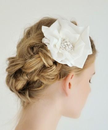 ナチュラルな編み込みヘアに、お花のヘッドドレス。サッとつけやすいコームで、二次会にも良いですね。