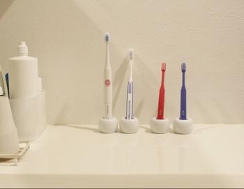 無印良品の「磁器歯ブラシスタンド」シンプルな形ながらインパクトがあり、一つ一つ歯ブラシを立てることができるのもおすすめ。