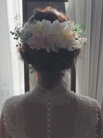 お花がいっぱいで、まるで妖精のよう。おくれ毛のバランスも素敵です。