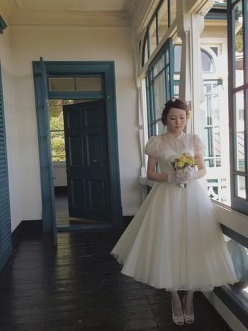 足首が見える長さのウェディングドレス。気負わず、自分らしい結婚式ができそうですね。パステルカラーのコンパクトなブーケもとてもキュート。