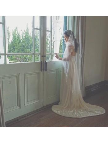 本物のプリンセスのような優雅なウエディングドレスは、とっても絵になりますね。マリアベールもエレガントです。