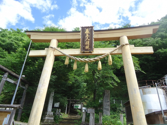 """蔵王連峰の一つで標高1758メートルを誇る刈田岳の山頂には、刈田嶺神社が鎮座しています。かつて、刈田嶺神社には修験道の本尊である蔵王権現が祀られていました。蔵王権現が祀られていたことから、この地はいつしか""""蔵王""""と呼ばれるようになりました。"""