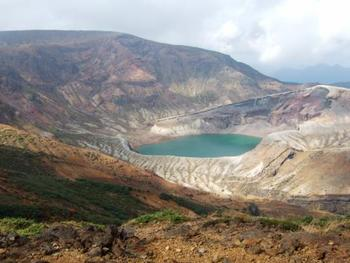 刈田岳山頂からは、蔵王観光のハイライトともいえる火口湖、「御釜」を見渡すことができます。