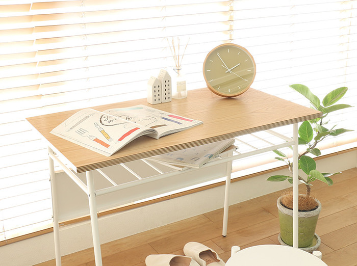 大きなベッドのあるお部屋におすすめなのは、コンパクトなデスク。メリハリをつけて使いやすい空間に。