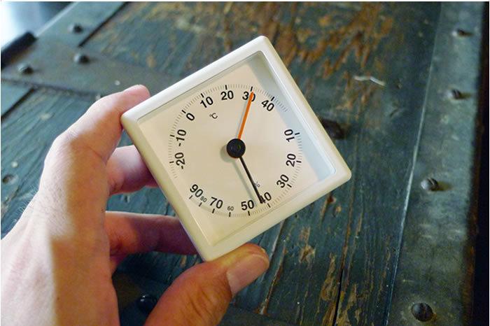 最大限まで表示エリアを大きくし、潔いほどに無駄の無いデザインの温湿計。室内を快適に保つのに、温湿計は大切です。精度の良いセンサーを使用しており、電池不要のECOデザインが魅力。