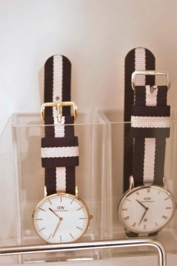 ペンスタンドに、時計を立てて収納するアイデアも。