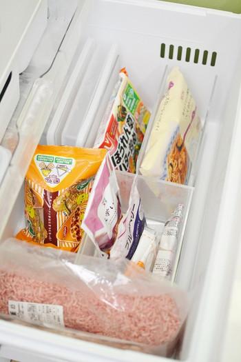 「アクリル 仕切りスタンド 3仕切り」と「重なるアクリル CDラック ボックスタイプ」を組み合わせて、冷凍庫をすっきり収納。立ててしまうことで空間を有効活用することが出来るんですね。