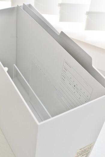 ぺらぺらの紙は倒れてくしゃっとなってしまうことがありますが、アクリル仕切りのおかげできちんと立てて収納することができますよ。