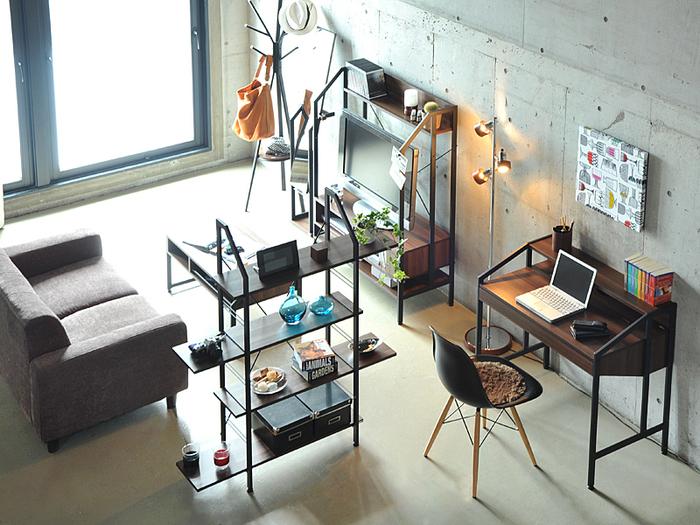 スチールシェルフで仕事や勉強スペースと、くつろげるリビングスペースを分けて。 光や風を遮ることもないのが、オープンシェルフのいいところ。