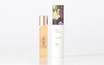 寝る前におすすめの「uka nail oil 24:45(ニイヨンヨンゴ)」。リラックスできるラヴェンダー、幸せな気持ちになる甘い香りのバニラ、オレンジの香りがストレスを吹き消してくれます。