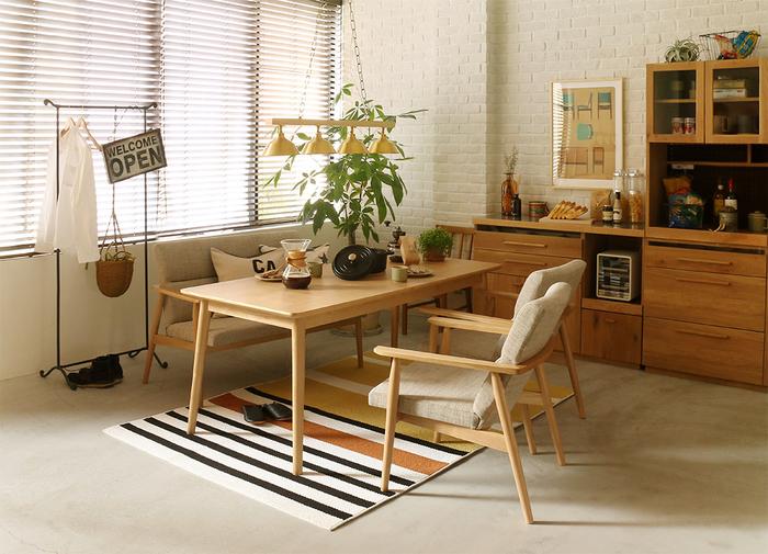 低い家具やスチールフレームなど軽さを感じる家具のチョイス。 低めのダイニングテーブルが1つあれば、リビング&ダイニングテーブル、デスクとしてフル活用することで、お部屋を有効に使うことができます。