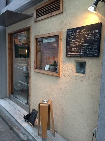 代々木八幡駅から徒歩4分ほど進んだ路地に現れるのは、ナチュラルな雰囲気の外観が目を引く、日本ワイン専門のお店「≡sun(さんさん)」。 店主こだわりのセレクトワインと美味しいおつまみが楽しめるアットホームなお店として定評があります。
