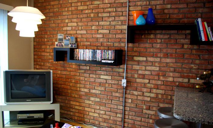 収納スペースの確保なら、デッドスペースの壁面を利用して。 CDや本など取り出しやすいところに作りつけられるのもいいですよね。