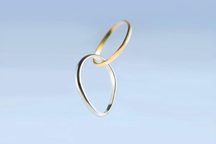 美しい2連のリング。結婚指輪のオーダーも受け付けているそう。