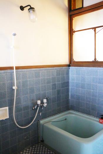シャワー備え付けの便利さもありながら、懐かしさを感じるレトロなお風呂。