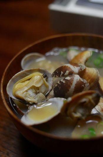 和食の味を左右する「出汁」に今回は、注目してみようと思います。手軽な顆粒出汁も悪くはないのですが、慣れれば意外と簡単に出汁ってとれるのですよ。簡単な出汁のとり方から、ちょっと本格的な出汁のとり方、そして出汁を使った美味しい料理のレシピをご紹介します♪
