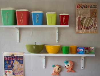 作り付けの棚に調味料やコーヒー、紅茶などを整理。 中身の見えない容器を使えばインテリアになりますね。