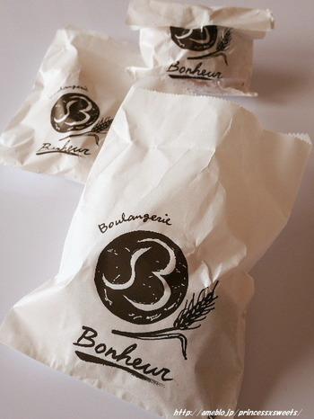 パンの袋もおしゃれ。三軒茶屋を訪れたらぜひ行ってみたいオススメのお店ですよ。