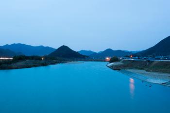 豊かな自然に囲まれた、綿織物の国内最大の産地である兵庫県西脇市。この西脇で産地発の新しい服づくりをしている、島田製織株式会社の自社ブランド「hatsutoki(ハツトキ)」。