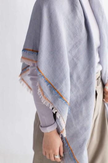 西脇市を含む北播磨地域では、200年以上にわたって先に糸を染めてから織る「先染」の技法で生地の生産に特化してきました。この先染で作られた薄地織物のことを「播州織」と呼びます。「hatsutoki」は、その播州織を生かしたシャツとストールをつくっています。