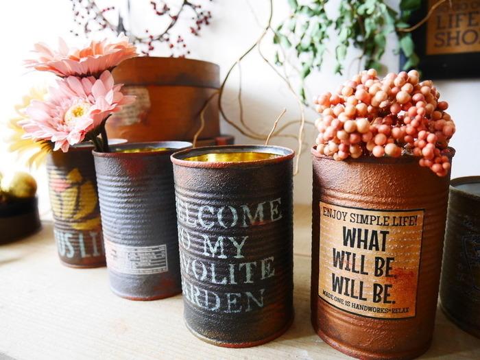 アイアンペイントや転写シールを使ってリメイク缶。空き缶は多肉植物の植え替え用の容器としても人気です。ほかにもペン立てなど色々な用途で使えるので、便利ですね。