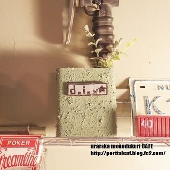 ドロップが入っていた缶をDIY。ざらざらした感じは塗料に砂を混ぜて塗っています。