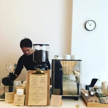 コーヒーを楽しむ他にも、豆の販売や焼き菓子なども購入できます。