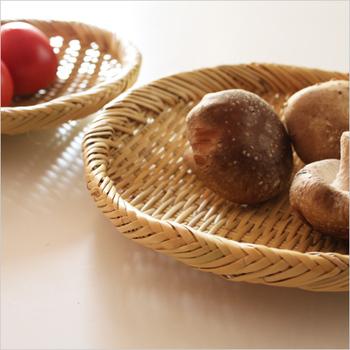 竹かごや竹ざるの用途は実に多彩です。浅いタイプのものなら、野菜洗い、水切り、米研ぎといったキッチンツールとして使えるほか、料理を盛り付けたり運んだりといったプレートの役割も果たします。