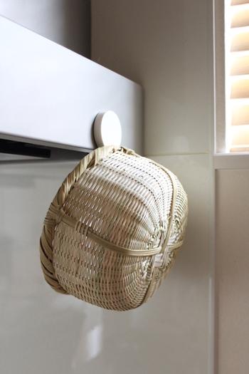 ちょっとした水気なら、乾いた布などですぐに拭き取ればOK。キッチンのインテリアを兼ねて見せる収納をすれば、乾燥もさせられて一石二鳥ですね。