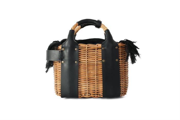 持ち手から繋がるレザーが無骨な雰囲気のバッグ。 レザーの分量が多い籠バッグは、ナチュラルさとシャープな雰囲気が合わさった不思議な魅力があります。