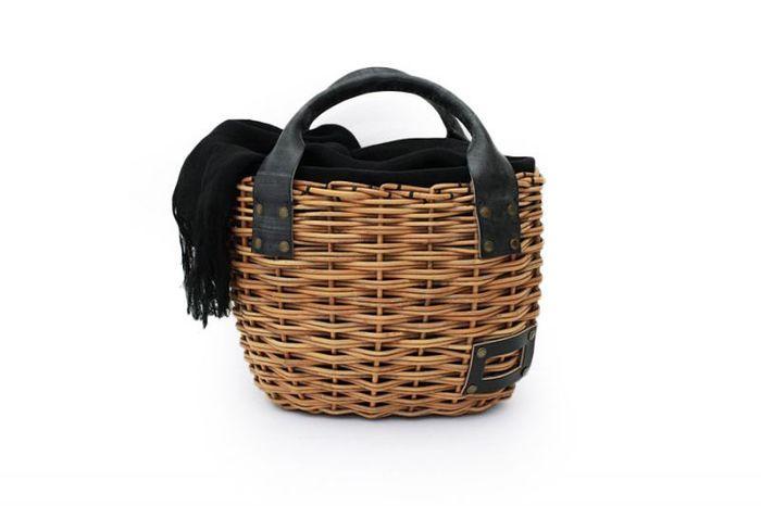 紅籐を2本どりでしっかりと編み上げられたバッグ。 ころんとした丸みのあるフォルムがかわいらしい。 ブライドルレザーとかぶせ布の黒が効いています。
