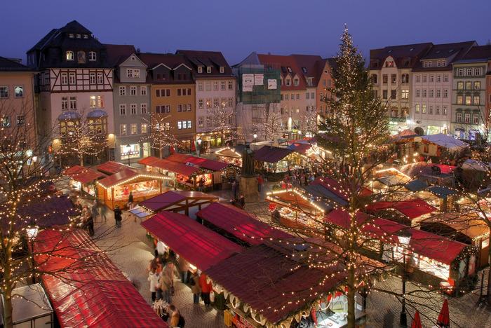 本場ドイツでは、クリスマス前の4週間、各街ごとにクリスマスマーケットが開かれます。キャンドルやクリスマス飾り、美味しい食べ物などたくさんのお店が並ぶ中、各マーケットの中でひときわ賑わっているのが、グリューワインのお店。 温かいカップを片手にクリスマスマーケットのかわいいお店を巡れば、寒さも忘れてしまいそう!