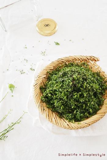 野菜を洗う光景も、竹ざるを使えば風情たっぷり。自家菜園をされている方なら、収穫から洗いまでが竹かごひとつで完了です。