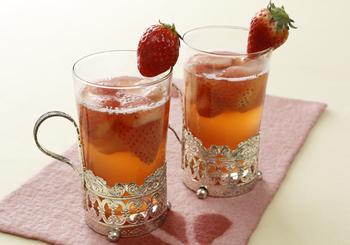 白ワインにいちごを加えて。ほんのり桜色に色づいて上品で素敵です。甘めがお好きな方は、はちみつを足しても。お花見の季節にやさしいカクテルはいかがでしょうか。