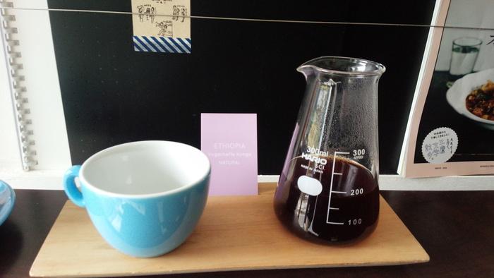 吉祥寺にある「LIGHT UP COFFEE」では、季節の旬なコーヒーが毎月3種類ずつ自宅に届けるサービスを行っています。いろんなテイストを楽しめるのはもちろん、一緒に入っている農園情報と生産ストーリーをまとめた「豆カード」 も必見です。淹れ方ガイド付きなので、自宅で本格的な一杯を味わえます。