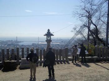 もっと高いところから絶景をという方には、六甲山上へつながる登山道の入口、保久良山。岡本駅から歩いて30分ほどですので、軽装で散歩がてら登れますが、足元はスニーカーがおすすめです。標高189メートルなので、山というよりは森を歩いているという感覚ですよ。