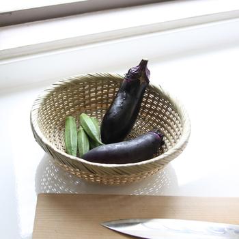 いかがでしたか? 古き良き日本の道具である「竹かご・竹ざる」。身近な道具ですが、あらためて見ると本当に便利なアイテムだと気付かされます。すでに使っている方でも、サイズや形違いで少しずつ買い足す方が多いんですよ。ぜひ記事を参考に、皆さんのキッチンにも取り入れてみてください♪