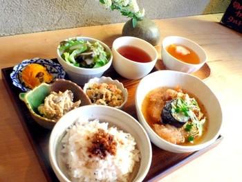 """みんなが大好きな""""ほっこり""""を提供してくれるカフェです。  阪急岡本駅からもJR摂津本山駅からも近いカフェは、昼夜問わずに賑わい、週末はランチの待ちも出来るほど人気です。  こちらの1日20食限定「ころころ御膳」は、カツオと昆布から出汁をとり、20品目以上の食材を使った身体に優しいメニューです。"""