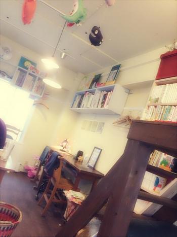 どこかアートな雰囲気さえも感じられる場所です。 「カフェをやるなら地元の神戸で」というオーナーのコダワリで、誰もが寛げるお店作りをしています。季節によってメニューも変わるそうなので、訪れる楽しみが増えますね。