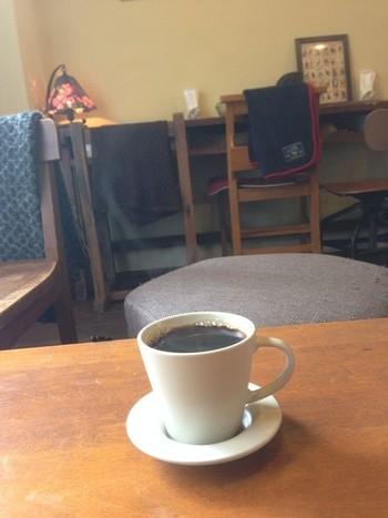 程よい酸味と苦味が魅力のコーヒーを飲みながら、書棚の本をじっくり読むのも良いですね。