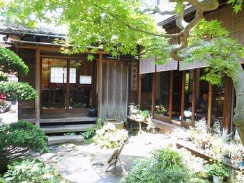庭からの眺め、風雅な佇まい。夏目漱石にゆかりがある建物なんだとか。