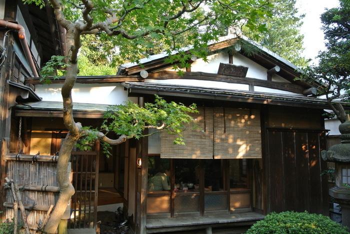 古民家のお座敷でお茶をいただくことが出来るのがこちら自由ヶ丘の「古桑庵」。茶房内の骨董や趣きある庭をを眺めつつ、ゆっくりとくつろげます。